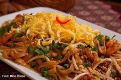 Mekong - Pad Thai  Talharim de arroz com camarão, molho de tamarindo, broto de feijão, amendoim, ovo e limão (jantar)