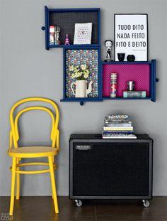 Faça arranjos de parede com gavetas antigas.