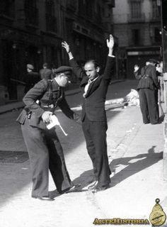 Guardia de asalto cacheando a un sospechoso. Madrid.