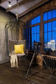 loft mit grauen möbeln sitzschaukel kaefig look teleskop ausblick skyline