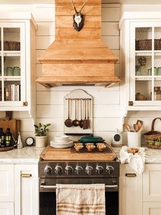 - Farmhouse kitchen style will be perfect idea if you want to have family gathering in your kitchen during meal time. There are a lot of ideas in decora. Cozy Kitchen, Farmhouse Style Kitchen, Country Kitchen, Kitchen Dining, Farmhouse Decor, Farmhouse Kitchens, Kitchen Storage, Cuisines Diy, Cottage Kitchens