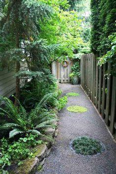 Ruhiger kleiner Garten mit viel Grün und geheimen Wegen