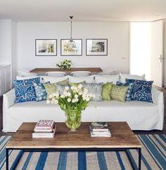 マリンスタイルと言えばボーダーですが、ちょっとくすんだブルーとホワイトなら落ち着いた雰囲気に。広い面積を占めるラグを変えるだけで一気にお部屋の印象が変わります。