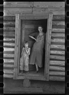 Wife and child of Alabama sharecropper, Walker County, Alabama Taken by Arthur Rothstein in February 1937 Rare Photos, Vintage Photographs, Vintage Photos, Vintage Postcards, Old Pictures, Old Photos, Children Pictures, Appalachian People, Appalachian Mountains