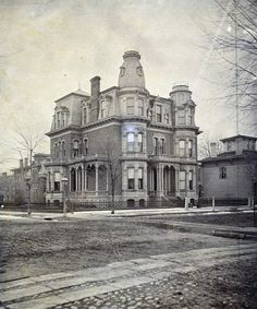 18 Amazing Photos Show Street Scenes of Detroit, Michigan in the Century ~ vintage everyday - Today Pin Detroit Ruins, Abandoned Detroit, Detroit Houses, Detroit Art, Abandoned Castles, Abandoned Buildings, Abandoned Places, Haunted Places, Old Mansions