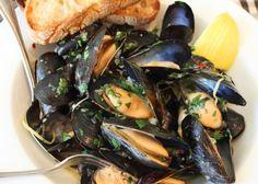 Le cozze alla marinara si cucinano pulendo i mitili e facendoli aprire in padella olio ed aglio. Scopri tutta la ricetta ed i semplici passaggi.