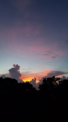 a beautiful sunset Dayana González Sunset Wallpaper, Nature Wallpaper, Wallpaper Backgrounds, City Wallpaper, Iphone Wallpaper, Sky Aesthetic, Aesthetic Photo, Aesthetic Pictures, Pretty Sky