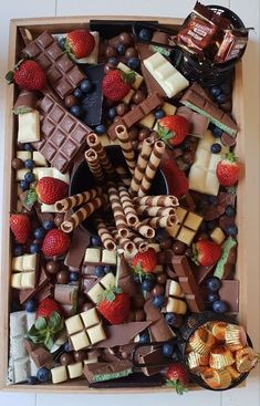 Party Food Platters, Party Trays, Snacks Für Party, Parties Food, Fruit Party, Wine Parties, Budget Party Food, Party Food Buffet, Table Party