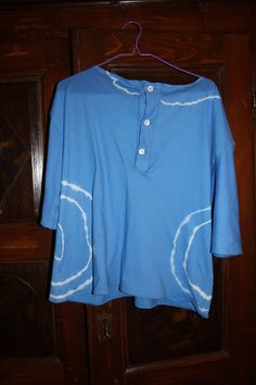 Maglia su commissione ispirata ad una indossata da Jim Morrison. Seconda versione:cotone bianco e colorante blu.