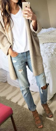 Casual look | Boyfriend jeans, sandals, white shirt and neutral cardigan