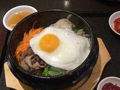 Bibimbap heißt ein traditionelles koreanisches Gericht, das dekorativ in kleinen Schälchen serviert wird. Pikant, frisch und gesund –unbedingt probieren!