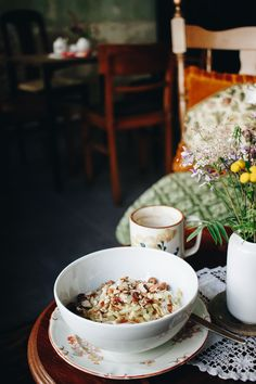 Das Café Bubu setzt auf regionale Produkte. Frühstücksjoghurt mit geriebenen Äpfeln und Leipziger Honig. Mrjam!