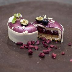 Spécialement pour @pierremarcolinihimself, l'intérieur du cheesecake cassis. Bonne semaine à tous !!!  Specially for @pierremarcolinihimself, inside the black currant cheesecake. A very nice week to everyone !!!  #nicolasbacheyre #team #patisserie #pastry #caramel #vanilla #caramelo #nuts #hazelnut #noisette #huawei #chocolate #chocolat #igers #igdaily #photooftheday #photo #hdr #chefsofinstagram #instafood #instagood #love #life #follow #me #food #sweet #fruits #color .