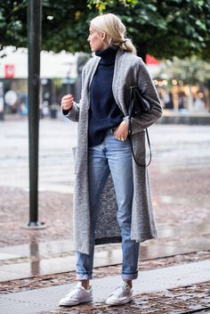 fall / winter - street style - street chic style - fall outfits - winter outfits - casual outfits - comfy outfits - grey long cardigan + navy turtleneck sweater + boyfriend jeans + white sneakers + black shoulder bag