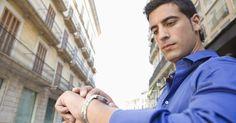 Cómo saber si un G-Shock es original. Diseñado por su dureza y longevidad, el reloj G-Shock brinda estilo, confort y confiabilidad. Los imitadores de relojes tratan de hacer copias de la marca G-Shock por la tecnología encontrada dentro, incluyendo la hora atómica, una tecnología que toma señales transmitidas que automáticamente recalibran el reloj a la hora correcta, y la tecnología ...