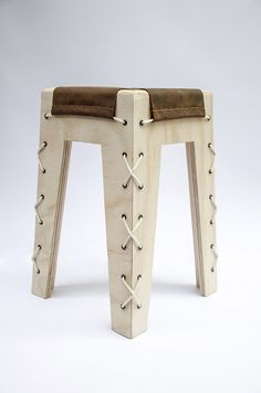 Cordel nace de la analogía entre el diseño y el sistema de lecto-escritura: los materiales son las letras; las uniones son las sílabas; el objeto es la palabra. Nuestras letras -la madera, la cuerda y el cuero- van hilando los sonidos que conforman el obj…