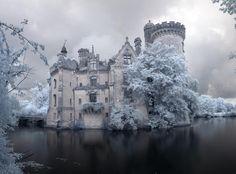 Este Castillo fue Abandonado en 1932 después de un Fuego principal. El Interior es Hauntingly Hermoso.