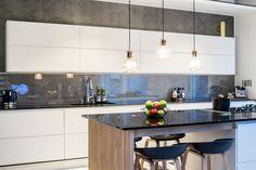 Selkeä muotokieli ja tasapainoisuus korostuvat modernissa keittiötilassa. Klikkaa kuvaa, niin näet tarkemmat tiedot!