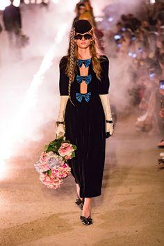 Fashion Week Milan Resort 2019 look 41 from the Gucci collection womenswear Gucci Fashion, Vogue Fashion, Runway Fashion, Fashion Brands, Womens Fashion, Fashion Weeks, Vogue Paris, Style Noir, Italian Fashion Designers