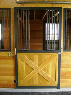 Fold-out french yoke for the stall door. Easy to open. Lucas Equine.