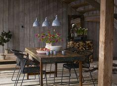 Z.B. in einer skandinavischen Küche sieht ein rustikaler Esstisch wunderschön aus. Auch in industriellen Küchen könnte man einen rustikalen Tisch gekonnt mit..