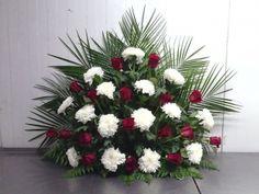 CENTRO SANTOS 4 Valentine Flower Arrangements, Creative Flower Arrangements, Floral Arrangements, Altar Flowers, Altar Decorations, Arte Floral, Evergreen, Arts And Crafts, Bouquet