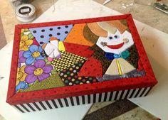 Esta é a caixa do Antonio! Exterior de caixa super colorida em patchwork embutido.