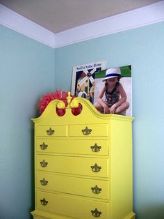 Super easy crown molding that is made of foam material and costs about 30 dollars to put up! I'm also loving the bright yellow dresser! Faux Crown Moldings, Easy Crown Molding, Diy Molding, Diy Crown, Diy Dresser Makeover, Furniture Makeover, Kitchen Cabinet Crown Molding, Yellow Dresser, Yellow Cabinets