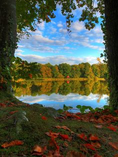 Autumn lake at Sillé-Le-Guillaume #hdrskies