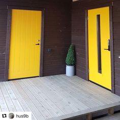 Så tøft med to gule ytterdører hos @hus9b - man blir så glad av farger!  #swedoor #swedoorno #semindør #mindrømmedør #endørgjørforskjell #jegelskerdører #dør #ytterdør #interiør #innredning #inspirasjon #boligunivers #nybygg #renovering #oppussing #nyedører #boligmedstil #nordicliving #dørløsninger #dørunivers Garage Doors, Architecture, Outdoor Decor, Home Decor, Arquitetura, Homemade Home Decor, Interior Design, Architecture Illustrations, Home Interiors