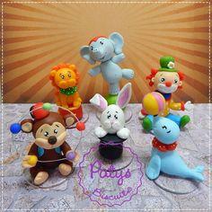 Kit com 6 miniaturas do tema Circo: Macaquinho, Leão, Foca, Elefante, Coelho e Palhacinho! <br> <br>Produto sob encomenda. Valor unitário. <br> <br>Material: biscuit; base acrílica transparente. <br>Altura aproximada: de 7cm a 12cm. <br> <br>Antes de encomendar, não esqueça de conferir as políticas da loja (http://www.elo7.com.br/patysbiscuit/politicas ), e de entrar em contato para consultar disponibilidade na agenda!