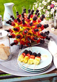 Da fällt es selbst dem Schiri schwer, sich zu entscheiden: süß mit Ananas und Beeren oder herzhaft gestreift mit Olive, Salami und Papirika?