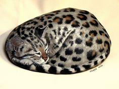 https://flic.kr/p/9fjirx | ONCILLA | L'oncilla est l'un des petits chats sauvages d' Amérique du Sud. Happy rocks - peinture sur pierre - Longueur 28 cm.