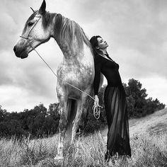 ❤️They don't look at the same direction, but still what a great complicity 👌🏻Amazing Capture of the beautiful Carolina by Erwin Loewen @carolinajaramillomodel @erwinloewen #model#karinmodels#beautiful#carolina#horse#caballero#animallover#modelsmundo#artofvisual#photographer#erwinloewen#fotoxigenio#parededevidro#blackdress#ootd#oui#jadore#profil#instagood#love#jardimdetalentos#nature#naturalbeauty#cheval#equitation
