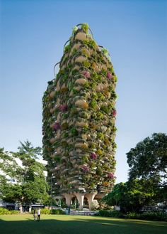 Urban Forest is a 30-storey apartment building covered in thousand trees and plants that Koichi Takada Architects has designed for Brisbane, Australia. Brisbane Architecture, Green Architecture, Public Architecture, Redwood Forest California, Plant Covers, Sky Garden, High Rise Building, Rooftop Garden, Places