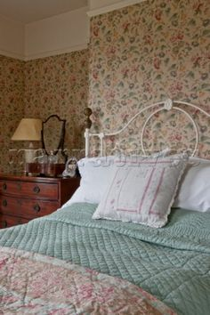 A cozy bedroom reminiscent of Nana's. Cottage Living, Cottage Chic, Cottage Bedrooms, Cozy Bedroom, Bedroom Decor, Beach Bedding Sets, English Country Decor, Cottage Interiors, Bedroom Vintage