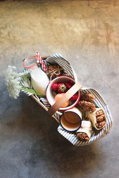 Picnic basket - picnic // food photography, food styling