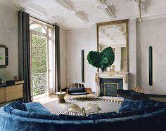 Dans le salon de cet appartement bourgeois à un jet de pierre des Champs-Élysées, le duo d'architectes de Studio KO a demandė à un peintre en patines de travailler les murs comme s'ils avaient conservé les traces des boiseries d'origine.
