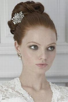 Wedding hairstyles for mid-length hair © Charlotte Balbier