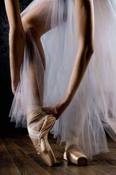 Discovered by Find images and videos about dance and ballet on We Heart It - the app to get lost in what you love. Ballerina Dancing, Girl Dancing, Ballet Dancers, Ballerinas, Ballet Art, Dance Photos, Dance Pictures, Tumblr Ballet, Ballet Photography