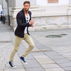 Tan chinos, blue and white shoes, white t-shirt and black jacket. Tan Chinos, Khaki Pants, Chino Shoes, Style Guides, White Jeans, Blue And White, Street Style, Mens Fashion, Casual