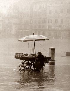 Venditrice ambulante in Piazza del Campo (1950 ca.). Museo di Storia della Fotografia Fratelli Alinari – archivio Balocchi
