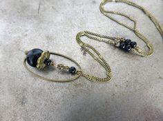 Sautoir les secrètes noir, perles en verre.