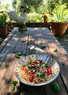 Με φόντο τις άπειρες αποχρώσεις του πράσινου στην εξοχή της Τοσκάνης και μουσικό χαλί τρελά σόλο τζιτζικιών, συνδυάσαμε ντοματίνια, μοτσαρέλα και βασιλικό, όλα αμαγείρευτα, με σπαγγέτι ολικής άλεσης, φέρνοντας στο βορρά τις πιο χαρακτηριστικές γεύσεις του νότου. Mozzarella, Spaghetti, Pasta, Gastronomia, Noodle, Pasta Recipes, Pasta Dishes