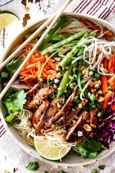 These Vietnamese Noodles with Lemongrass Chicken are AMAZING! A satisfying, fresh and vibrant meal-in-one medley you will crave for days! The juicy chicken alone is worth making this! They also make awesome meal prep for instant lunches or dinner! Asian Recipes, Healthy Recipes, Ethnic Recipes, Chicken Buns, Grilled Chicken, Chicken Pho, Lemon Grass Chicken, Lemongrass Recipes, Low Carb Brasil