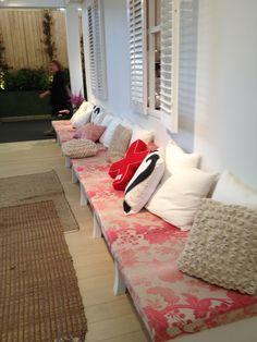 Leuk idee voor buiten, lange bank met matras kussens.