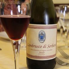 Momento nostalgia : #Lambrusco #BlogVille #Italia - Instagram by cafeviagem Red Wine, Alcoholic Drinks, Bottle, Glass, Nostalgia, Blog, Shops, Instagram, Fashion