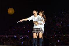 日本武道館公演が発表された直後の生駒里奈、若月佑美(左から)。