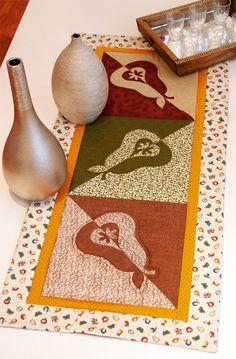 Trilho de mesa de patchwork com motivos de peras