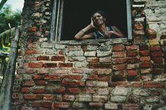 Το φωτογραφικό ταξίδι του Κωνσταντίνου Σοφικίτη επικεντρώνεται στους ανθρώπους που κατοικούν, ορίζουν το χρώμα και πλάθουν το καθημερινό σκηνικό της ιδιαιτερότητας της Κούβας.